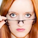 メガネを持って睨んでいる人