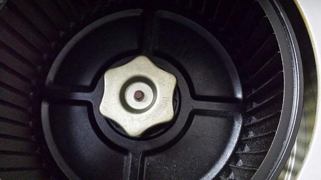レンジフード内部のシロッコファンを固定しているネジ