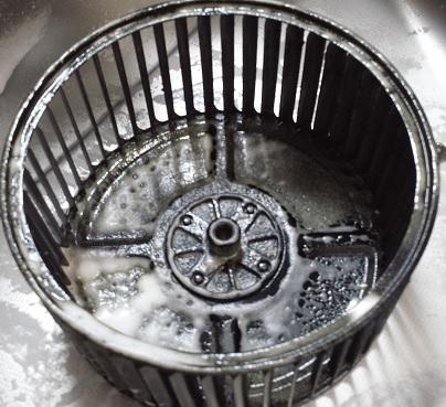 激泡キッチンクリーナーを吹き付けたシロッコファン本体