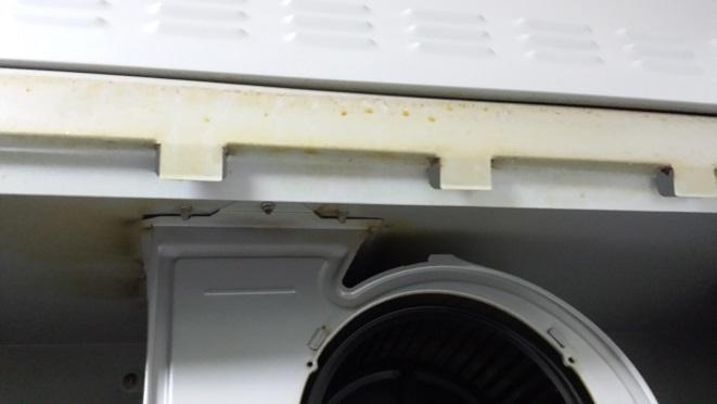レンジフードカバーの前面部と本体カバーの接合部の油汚れ