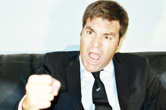 怒っているサラリーマン男性