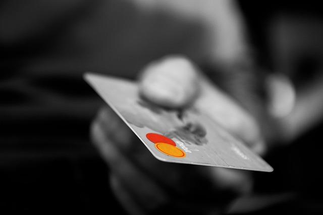 手に持ったクレジットカード