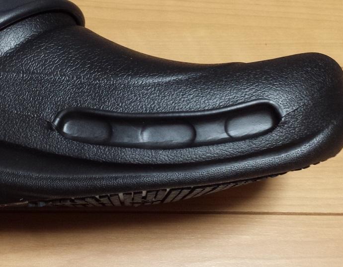 crocs bistro (クロックス ビストロ)の足の甲の右側の塞がれたベンチレーションの様子
