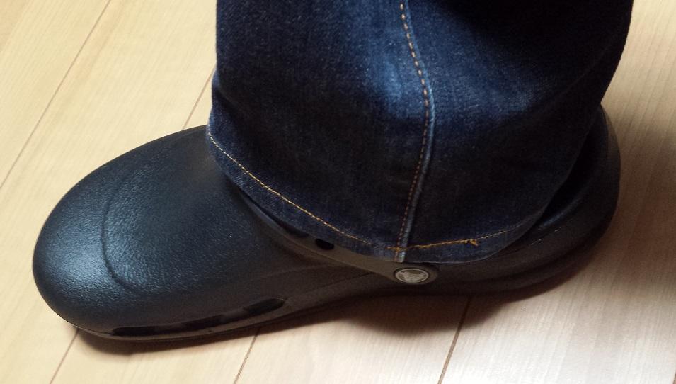 crocs bistro (クロックス ビストロ)と青いジーンズを履いている様子