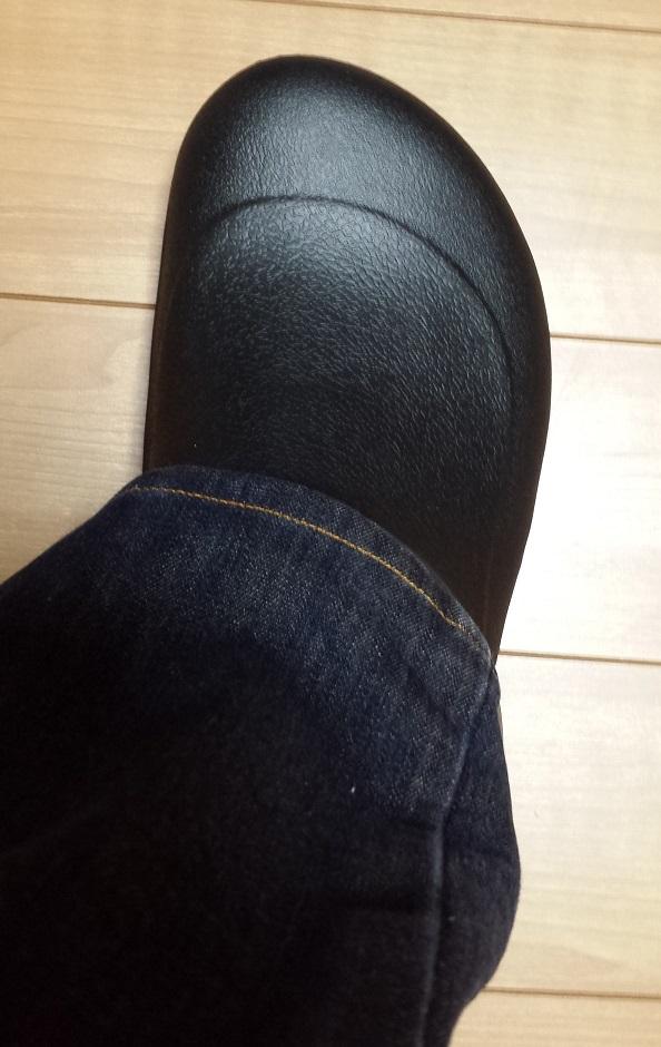 crocs bistro (クロックス ビストロ)と青いジーンズを履いているのを上から見た様子