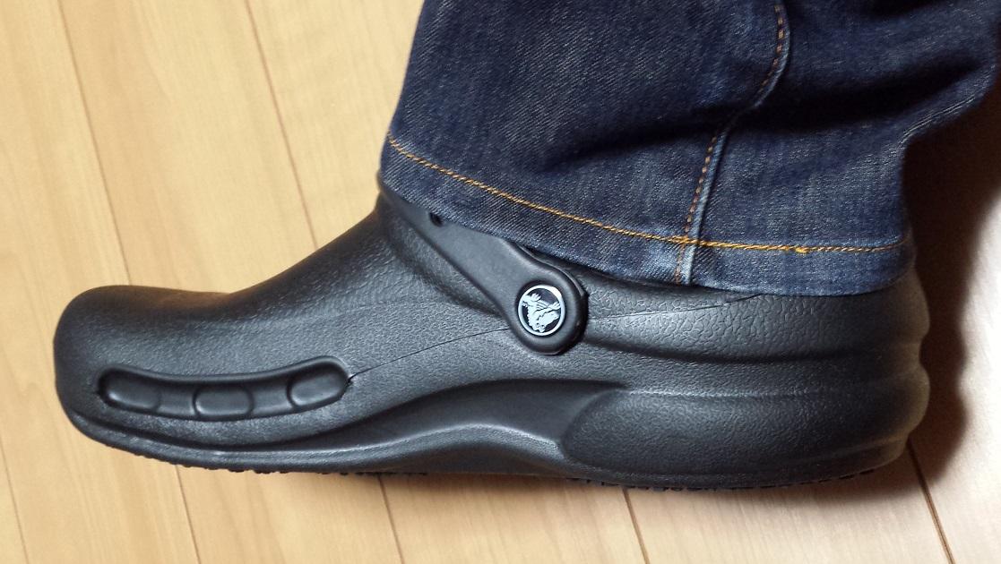 crocs bistro (クロックス ビストロ)と青いジーンズを履いているのを真横から見た様子