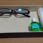 ニトリの卓上小物入れにPC用の眼鏡と点鼻薬、目薬を入れている様子