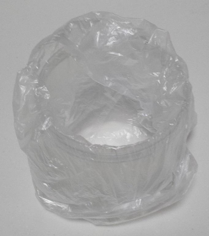 ビニール袋をかぶせた樹脂製の小物入れ