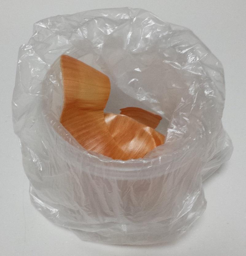 玉ねぎの皮が入っているビニール袋をかぶせた樹脂製の小物入れ