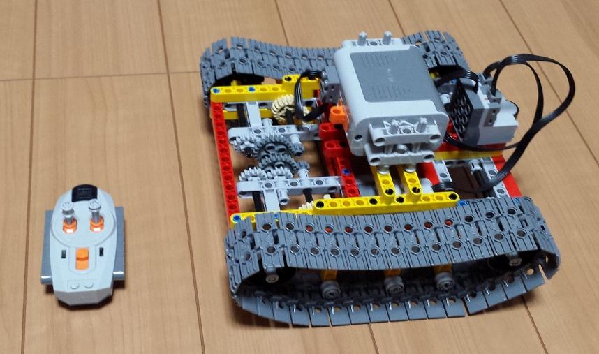 LEGO Technicのブロックを使って作ったショベルカーのような構造体の下側部分とリモコンユニット
