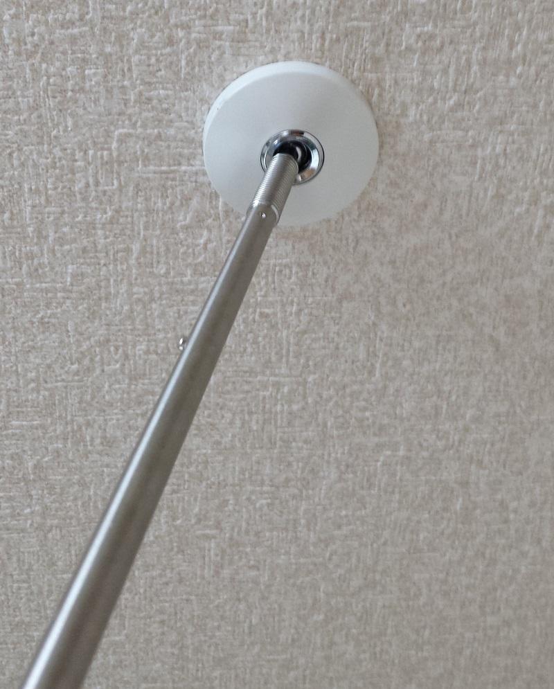 室内用ホスクリーン スポット型 SPC型の支柱部品を天井設置部品に接続する様子