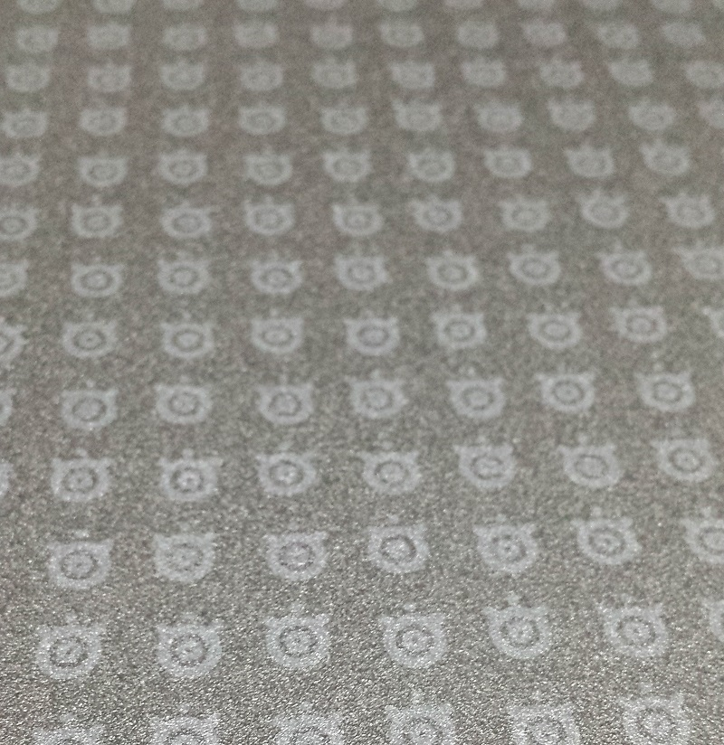 マウスパッドに印字された無数のsteelseriesのロゴマーク