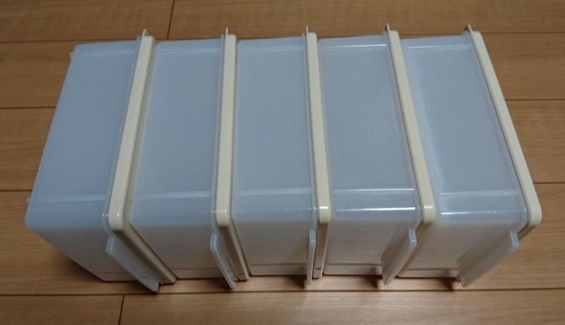 5個の食パン冷凍保存ケースを立てて並べている様子