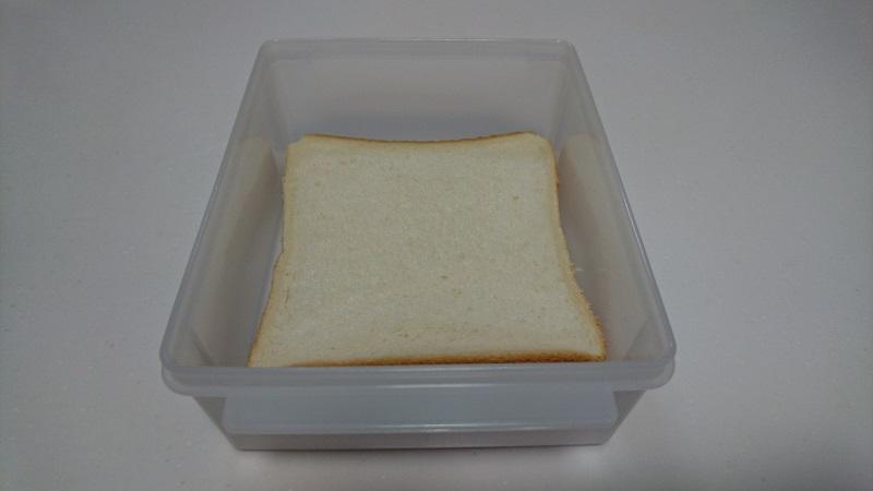 食パン冷凍保存ケースに食パンを入れている様子