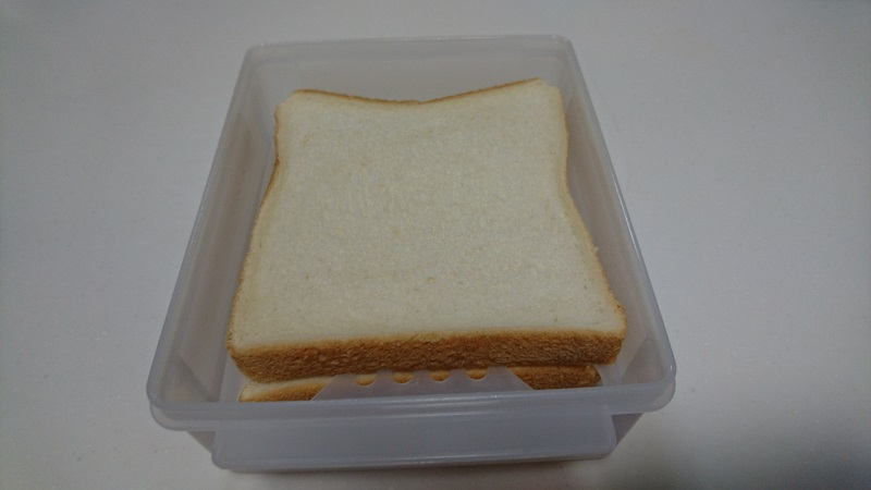 仕切板の上にパンを置いている様子