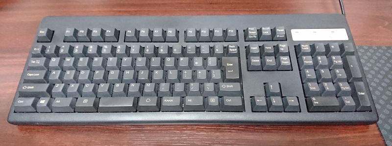 机の上に置いてあるフルキーボード