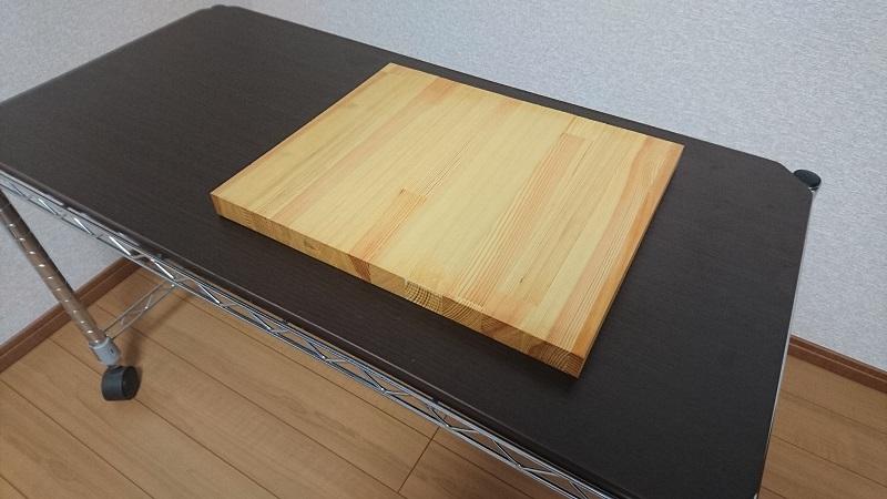木犀の板がのせてあるキャスター付きのメタルラックの台