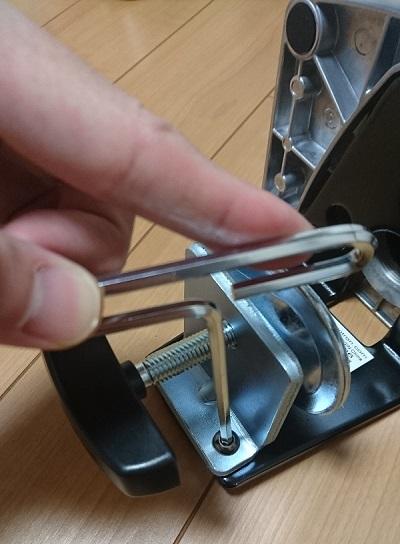 エルゴトロン 45-248-026(デュアル スタッキング)モニターアームのクランプ調整用のボルトを締めている様子