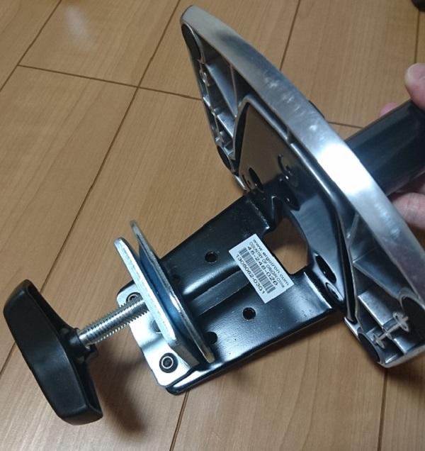 エルゴトロン 45-248-026(デュアル スタッキング)モニターアームのクランプを最大幅まで広げた様子