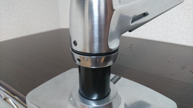 エルゴトロン 45-248-026(デュアル スタッキング)モニターアーム支持部の高さを少し下げた様子