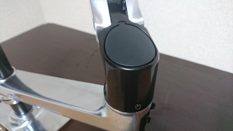 エルゴトロン 45-248-026(デュアル スタッキング)モニターアームの接続部上側の穴にキャップを装着した様子