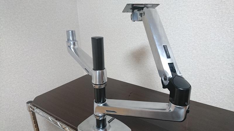エルゴトロン 45-248-026(デュアル スタッキング)モニターアームの2本目の下側パーツ取り付け後の様子