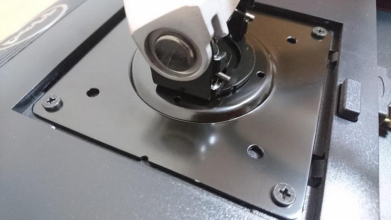モニター取り付け後のエルゴトロン 45-248-026(デュアル スタッキング)モニターアームのモニター取り付け部の様子