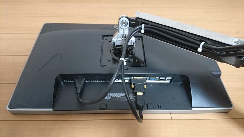 モニター取り付け後のエルゴトロン 45-248-026(デュアル スタッキング)モニターアーム上部パーツ背面の様子