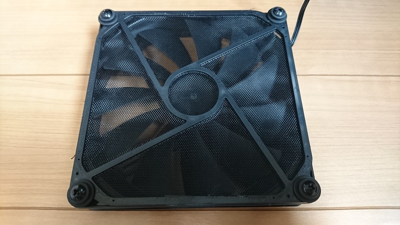 PC-A76Xフルタワーケース付属のフィルター付き14cm角ファン