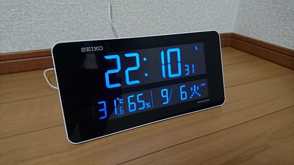床の上に置き時計として置いているSEIKO DL208Wの様子
