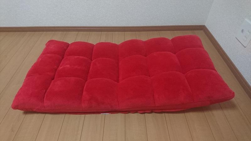 赤い座椅子 100-SNC041の背もたれを少し上に上げた状態