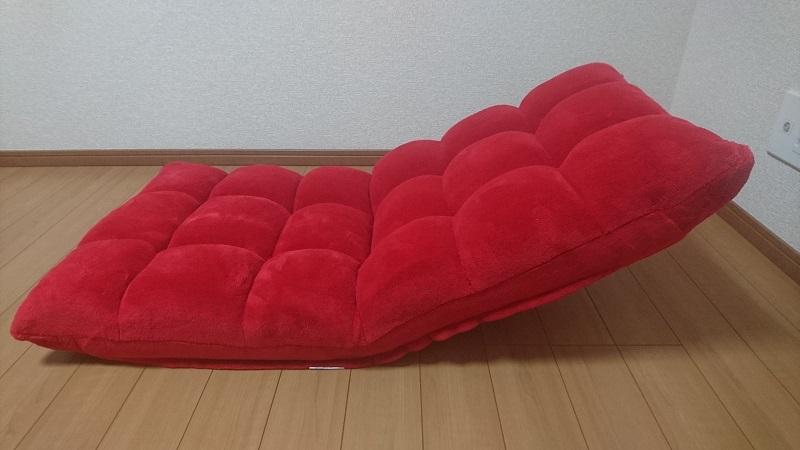 赤い座椅子 100-SNC041の背もたれを30度ほど上げた状態を横から見た様子