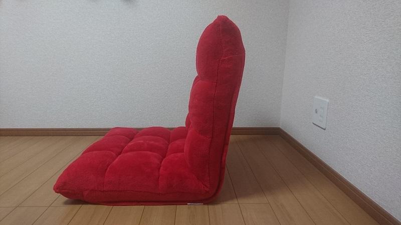 赤い座椅子 100-SNC041の背もたれを85度ほど上げた状態を横から見た様子
