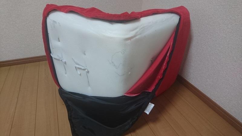 赤い座椅子 100-SNC041の側面ファスナーを大きく開けた状態