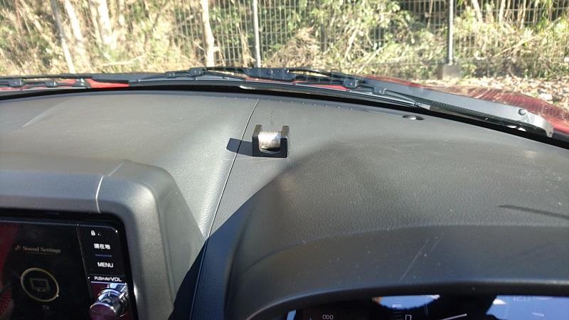 ダイハツ コペン(LA400K)のカーナビ右奥のダッシュボード上に設置したSZ45 チケットホルダー