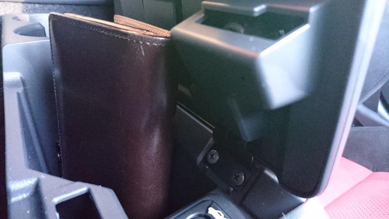 コペン(LA400K)のコンソールボックスに長財布を入れている状態を横から見た様子