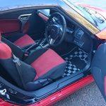 赤いコペン(LA400K)のドアを開けた運転席