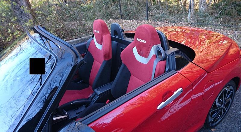 斜め前から見たオープンカー状態の赤いコペン(LA400K)のシート周辺