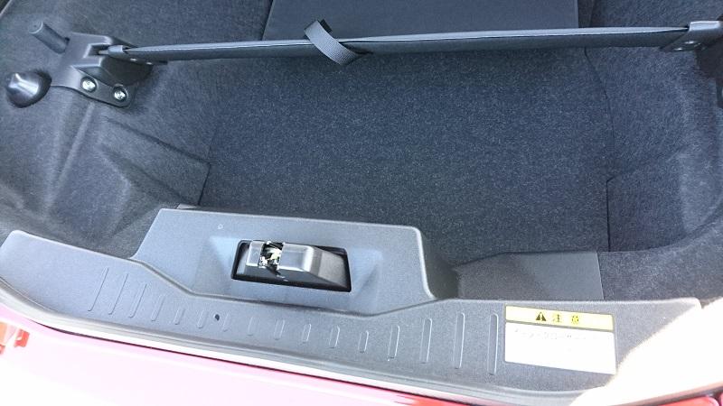 コペン(LA400K)の後部トランクのラゲージパーティションセット後の荷物置きスペース