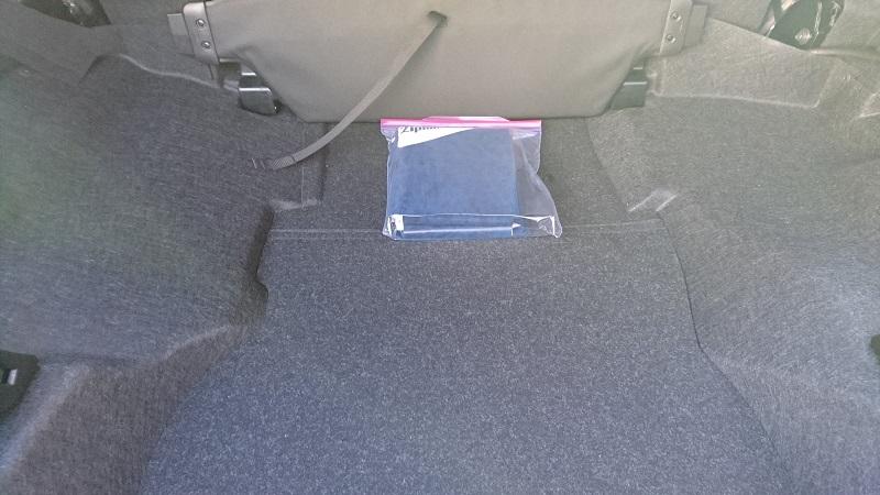 コペンのトランク内の前方部にあるジップロック ストックバッグLサイズ