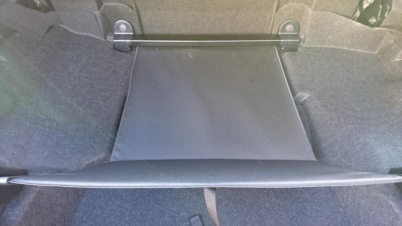 ジップロック ストックバッグLサイズがコペンのトランク内の前方部にある状態で、ラゲージパーティションをを手前にセットしている様子