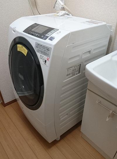 洗面所に設置されているドラム式洗濯乾燥機 日立 ヒートリサイクル 風アイロン ビッグドラム BD-SG100A