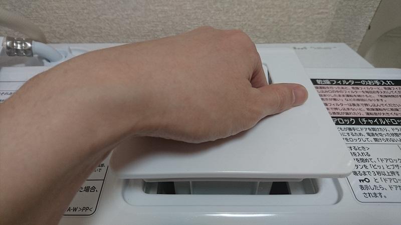 ドラム式洗濯乾燥機 BD-SG100Aの乾燥フィルターの取っ手を持っている状態