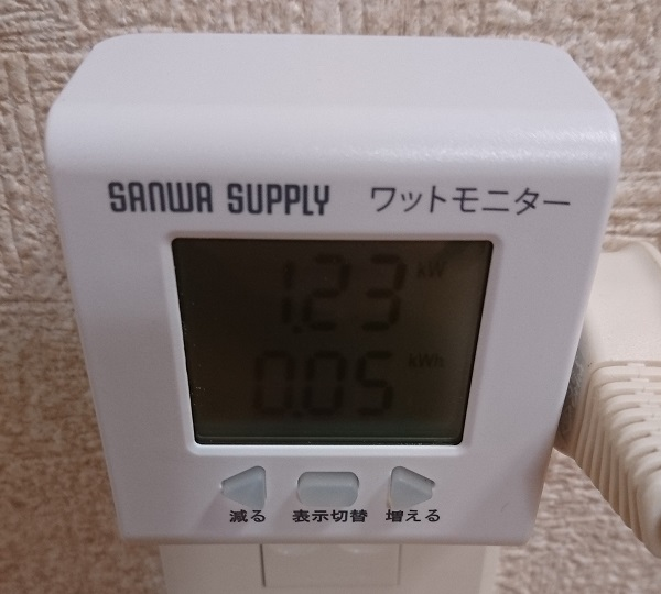 ワットモニター 700-TAP017の計測結果が1.23kWと表示されている様子