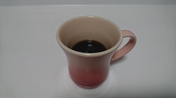 インスタントコーヒーの粉にお湯を注いで作ったコーヒー