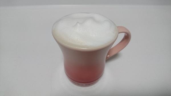 クリーミーな泡がなみなみと注がれたコーヒーカップの様子
