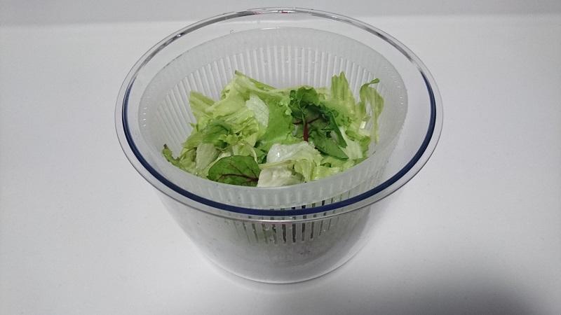 Petit chef Jr C-750の水切りバスケットの中に、水気をかるく切った野菜を投入した様子