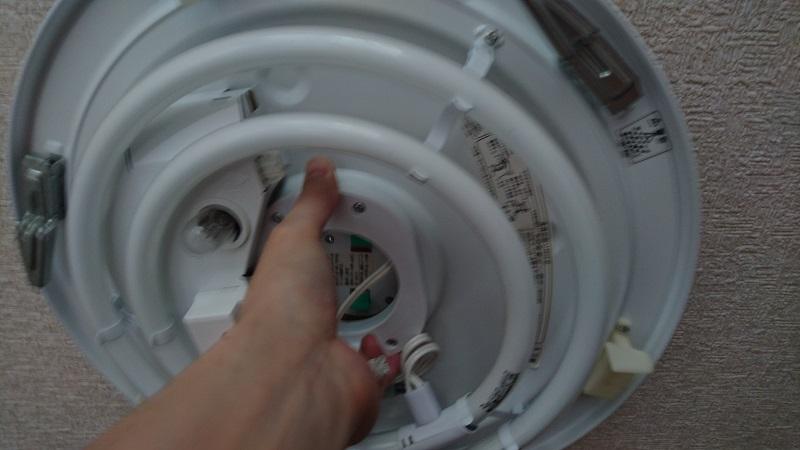 本体装置部の中央にある2箇所の固定解除スイッチの操作により、固定が解除されたシーリングライト