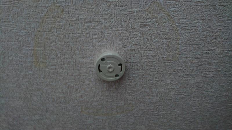 シーリングライト本体装置の固定金具を取り外した状態の天井