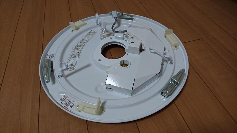 床の上に置いてあるシーリングライト本体装置